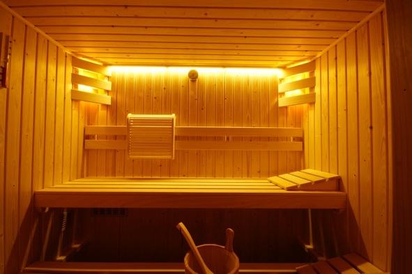 Muurame sauna met Adventure warm wit led verlichting in showroom